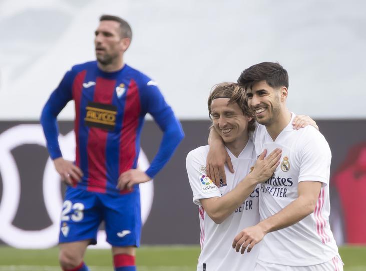 Asensio (phải) có một trận đấu thành công với ba pha dứt điểm nguy hiểm về phía khung thành Eibar.