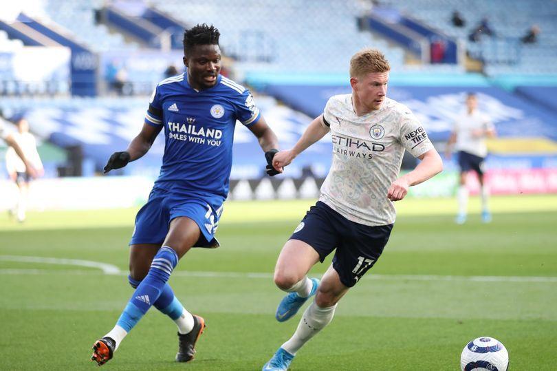 De Bruyne (áo trắng) giúp Man City thắng 2-0 ngay trên sân Leicester. Ảnh: PA.
