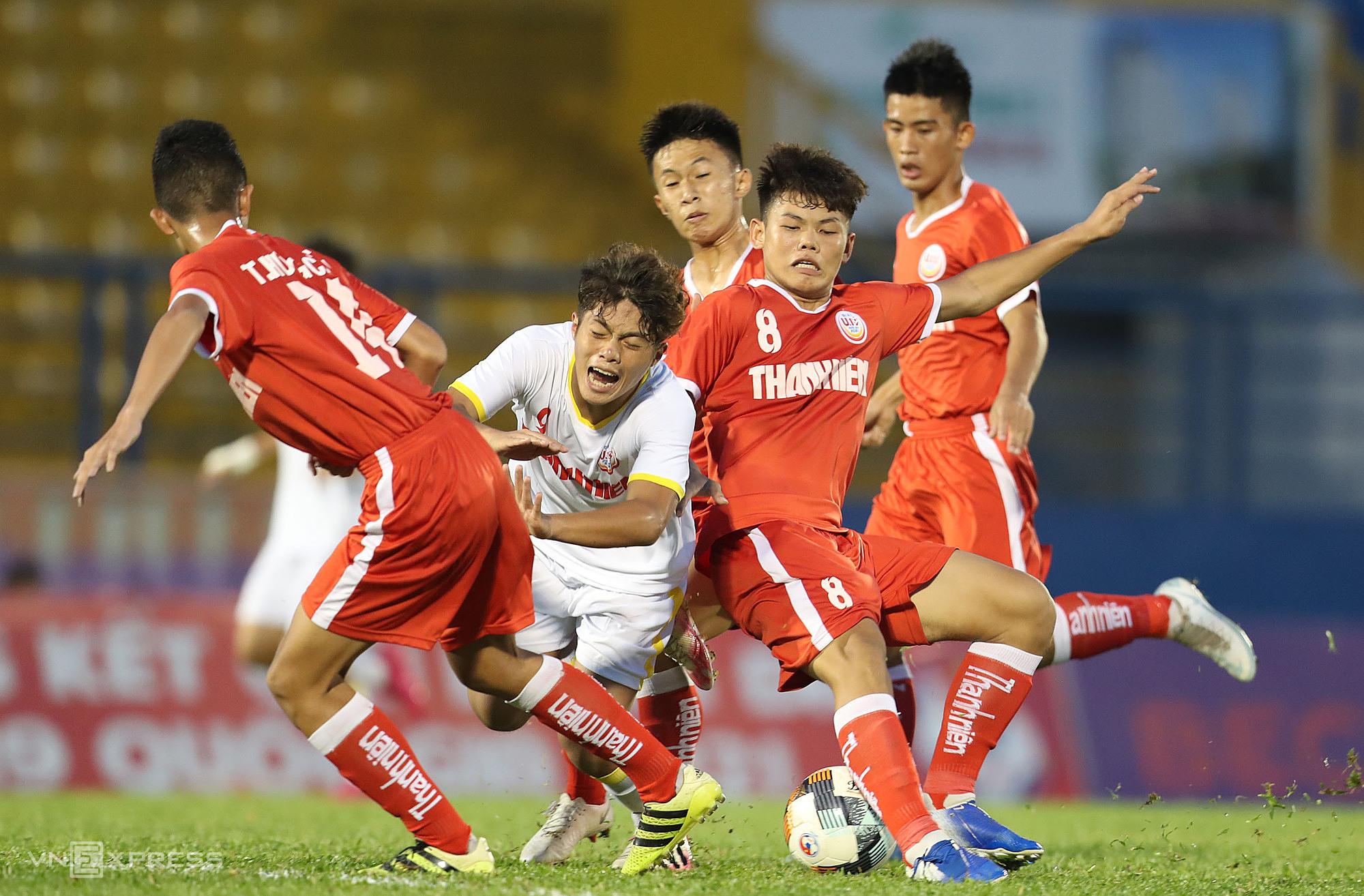 แม้จะมีปัญหามากมายในการเผชิญหน้ากับคู่แข่งอย่าง U19 NutiFood (เสื้อเชิ้ตสีขาว) แต่ในไม่ช้าเขาก็ยังได้รับตั๋วเข้าสู่รอบก่อนรองชนะเลิศ  ภาพ: Duc Dong