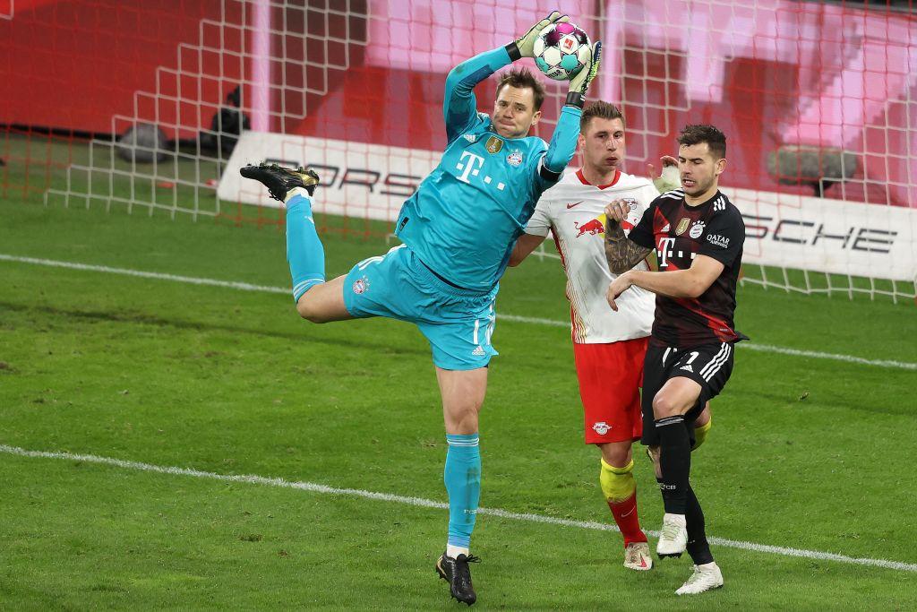 Neuer trong một tình huống cứu thua hiếm hoi cho Bayern trên sân RB Leipzig hôm 3/4. Ảnh: AFP