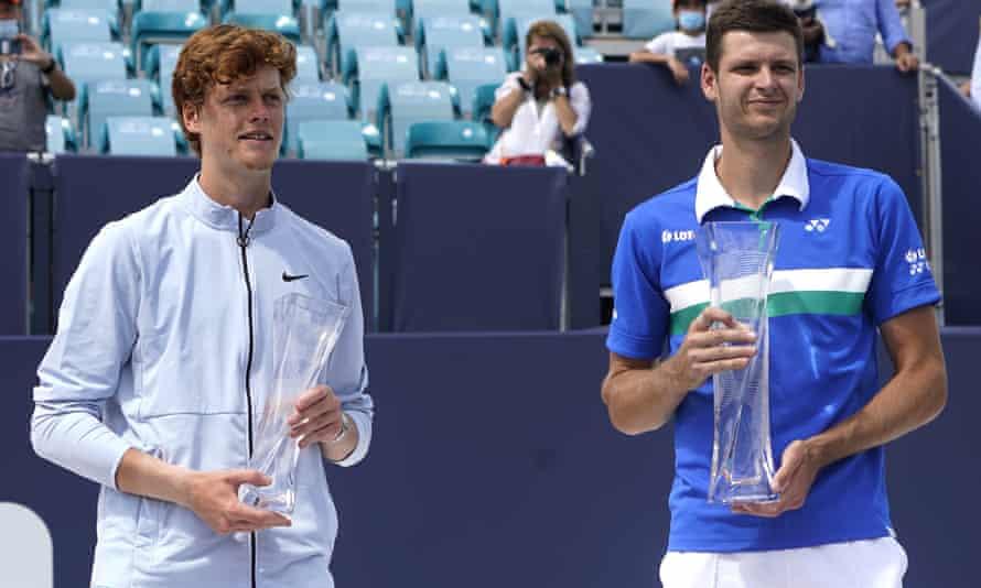 Sinner (trái) lỡ cơ hội trở thành nhà vô địch đơn nam trẻ nhất lịch sử Miami Mở rộng. Ảnh: ATP.