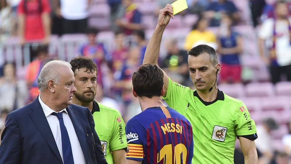 Messi bị Latre phạt thẻ trong trận hoà Bilbao ở La Liga 2018-2019. Ảnh: EFE