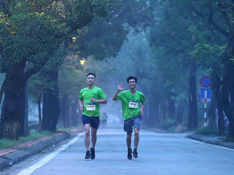 Dua pelari di jalan menjalankan VnExpress Marathon Hue 2020. Foto: VnExpress Marathon.