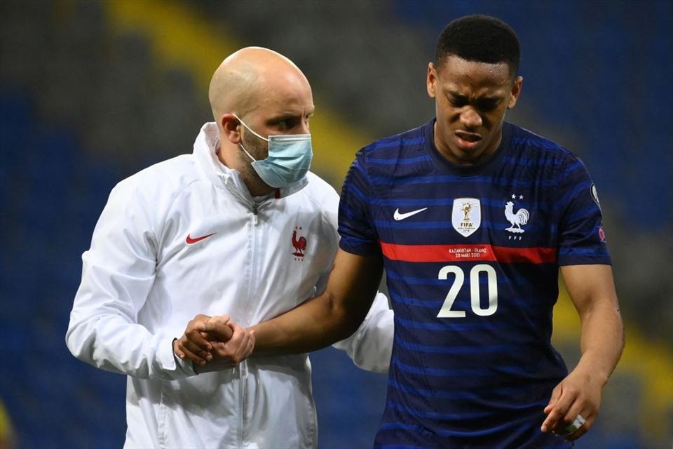 Martial tập tễnh rời sân trong trận gặp Kazakhstan. Ảnh: Reuters.