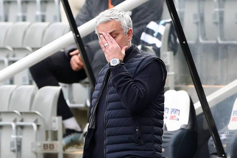 Mourinho kecewa karena Tottenham kehilangan dua poin ketika pertandingan hanya tinggal beberapa menit lagi.  Foto: EPA.