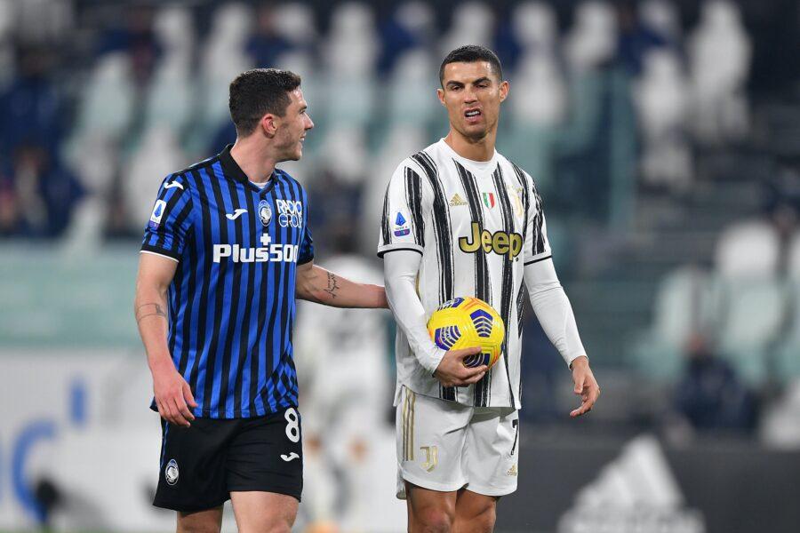 Gosens dan Ronaldo dalam pertemuan di lapangan rumput Serie A. Foto: AP.