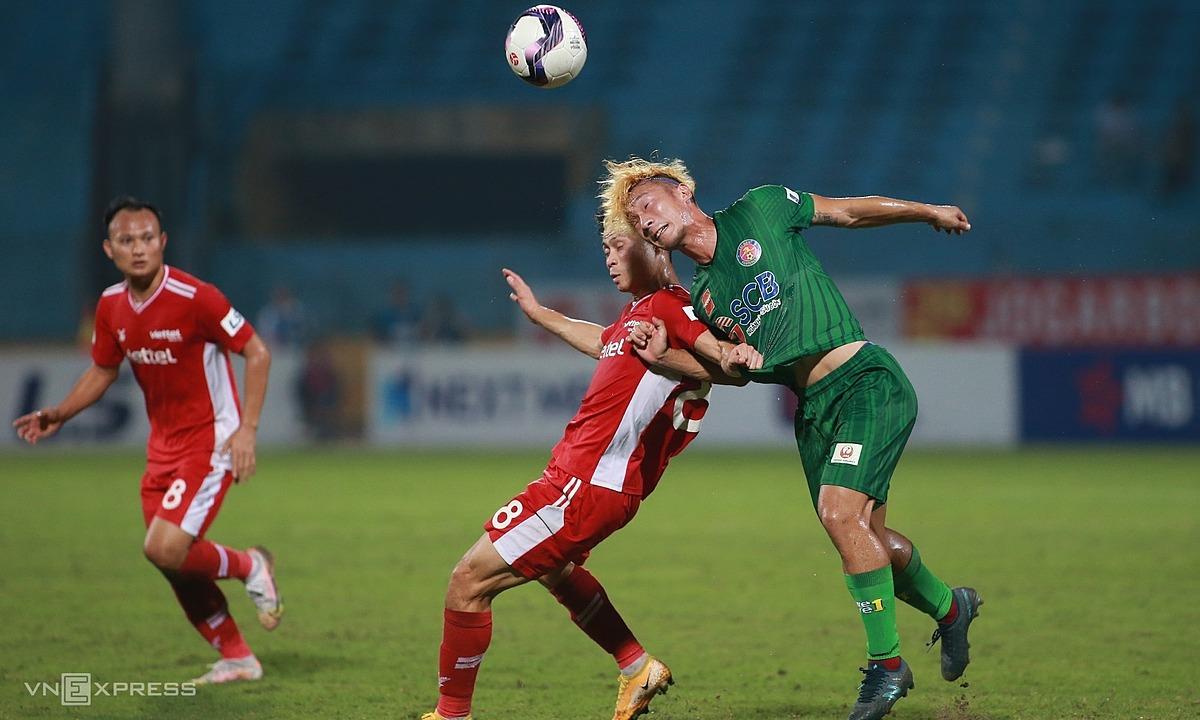 ความพ่ายแพ้ 0-3 ที่ Viettel เมื่อสุดสัปดาห์ที่ผ่านมาทำให้ Saigon FC (เสื้อเขียว) ในตอนท้ายของกระดานคะแนน V-League ปี 2021 รูปภาพ: Lam Tho