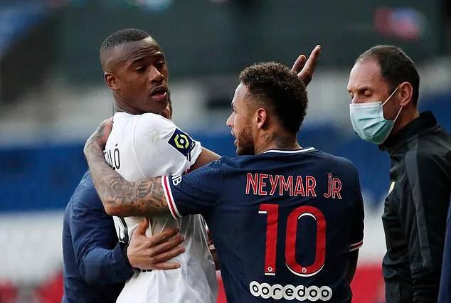 Neymar kehilangan penguasaan bola dengan Djalo dan terkena kartu merah.  Foto: Reuters.