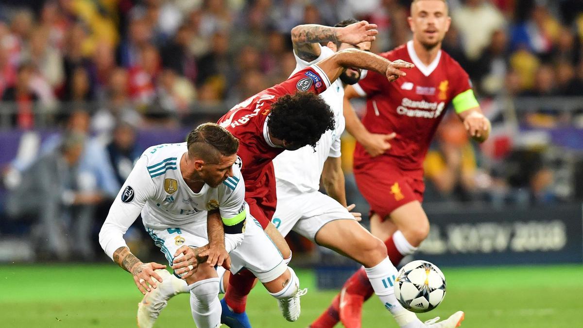 Ramos dùng tiểu xảo hạ Salah trong trận chung kết Champions League giữa Real với Liverpool năm 2018. Ảnh: EPA