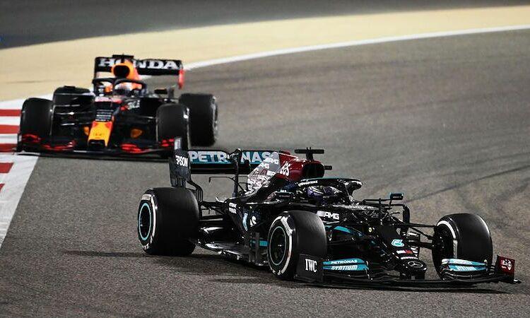Persaingan antara Hamilton dan Verstappen membantu F1 meraih rekor jumlah penonton.  Gambar