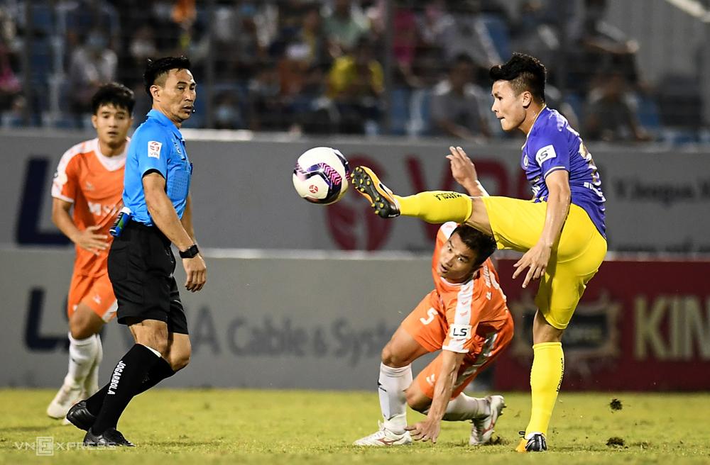 ผู้ตัดสินเหงียนดึ๊กคานห์จัดการกับสถานการณ์ที่ผิดกติกาในการแข่งขันที่ฮานอยแพ้ 0-2 ที่สนามกีฬา Hoa Xuan ของดานัง  ภาพ: ถึง Linh