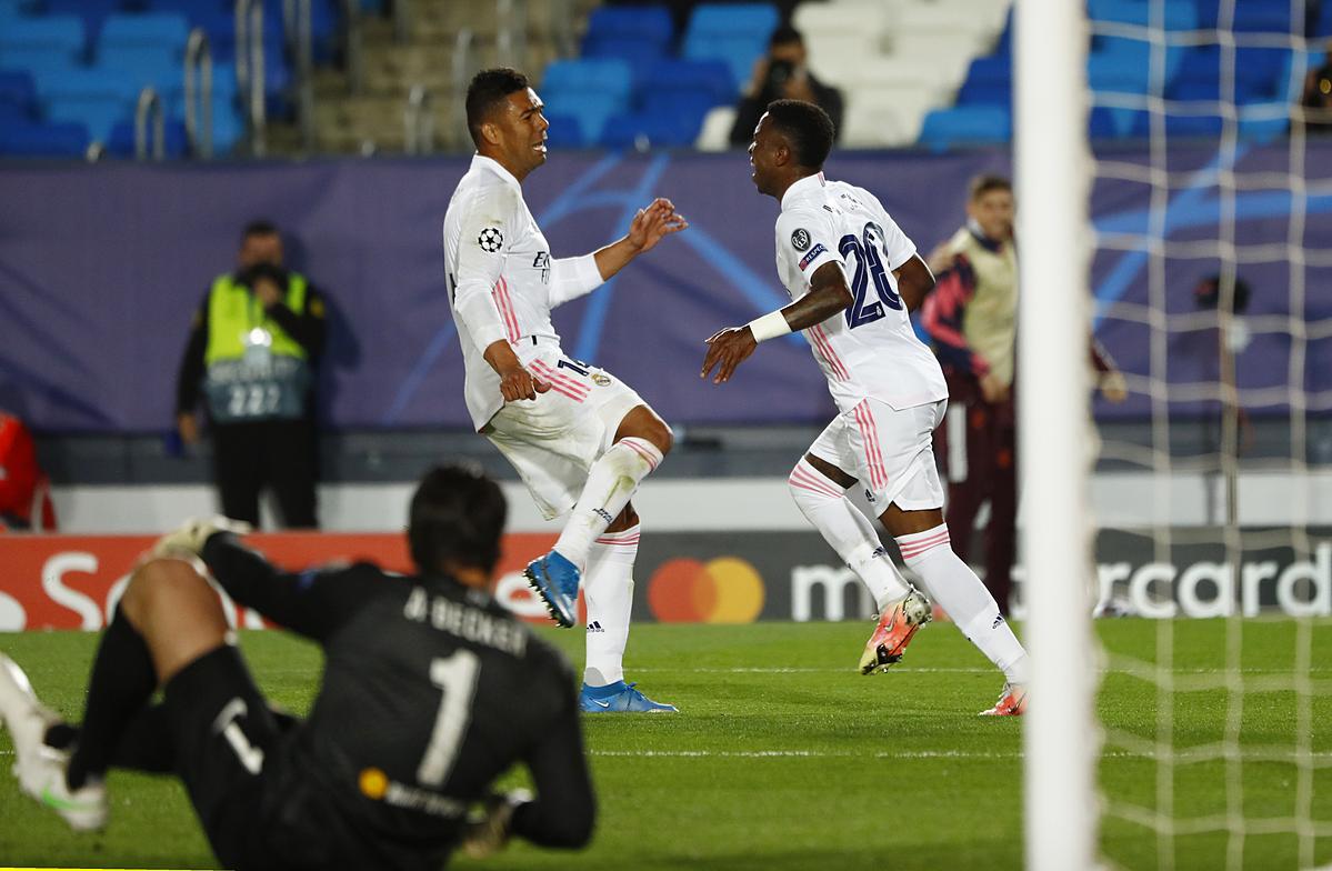 Vinicius (phải) mừng bàn ấn định tỷ số 3-1 với Casemiro. Ảnh: Reuters