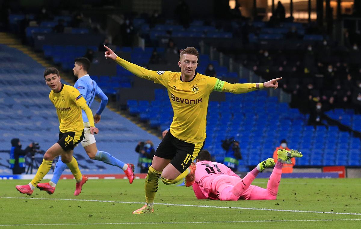 Reues mừng bàn gỡ hòa cho Dortmund. Ảnh: Reuters.