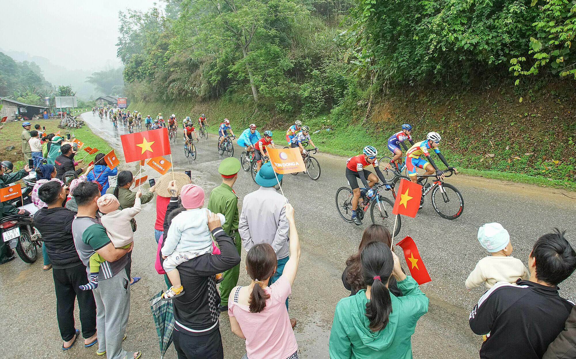 Người dân tỉnh Lạng Sơn chào đón đoàn đua. Đây là lần thứ hai, Cup Truyền hình đua về địa phương này sau 33 lần tổ chức. Ảnh: Tôn Đông Á.