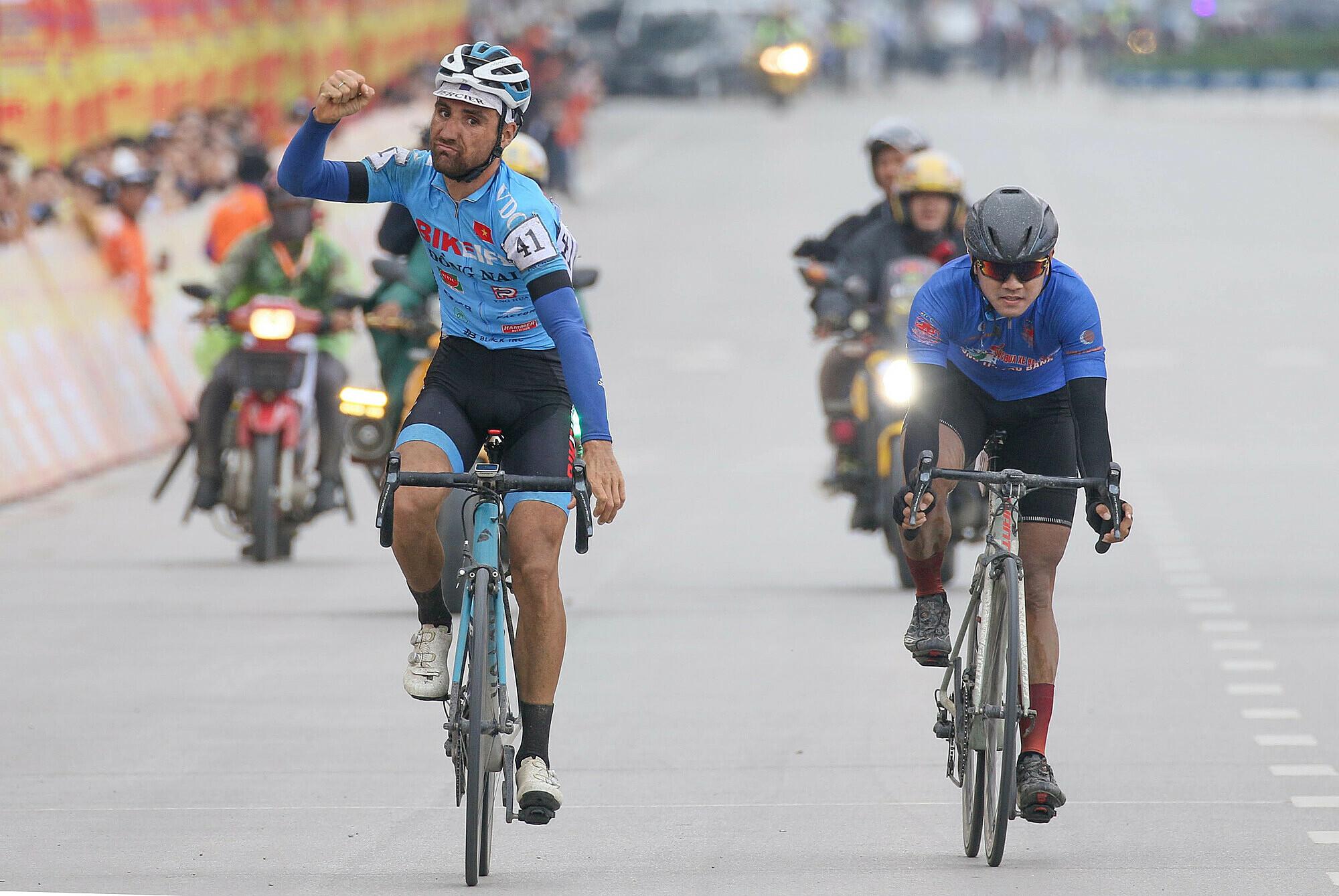 Lựa chọn thời điểm tấn công thích hợp (Loic Desriac, trái) đã đánh bại vua nước rút Nguyễn Tấn Hoài ở đích đến. Ảnh: Tôn Đông Á.