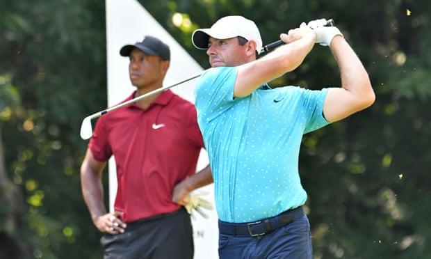 Rory McIlroy phát bóng trước sự chứng kiến của đàn anh Tiger Woods tại giải Northern Trust năm 2020. Ảnh: USA Today