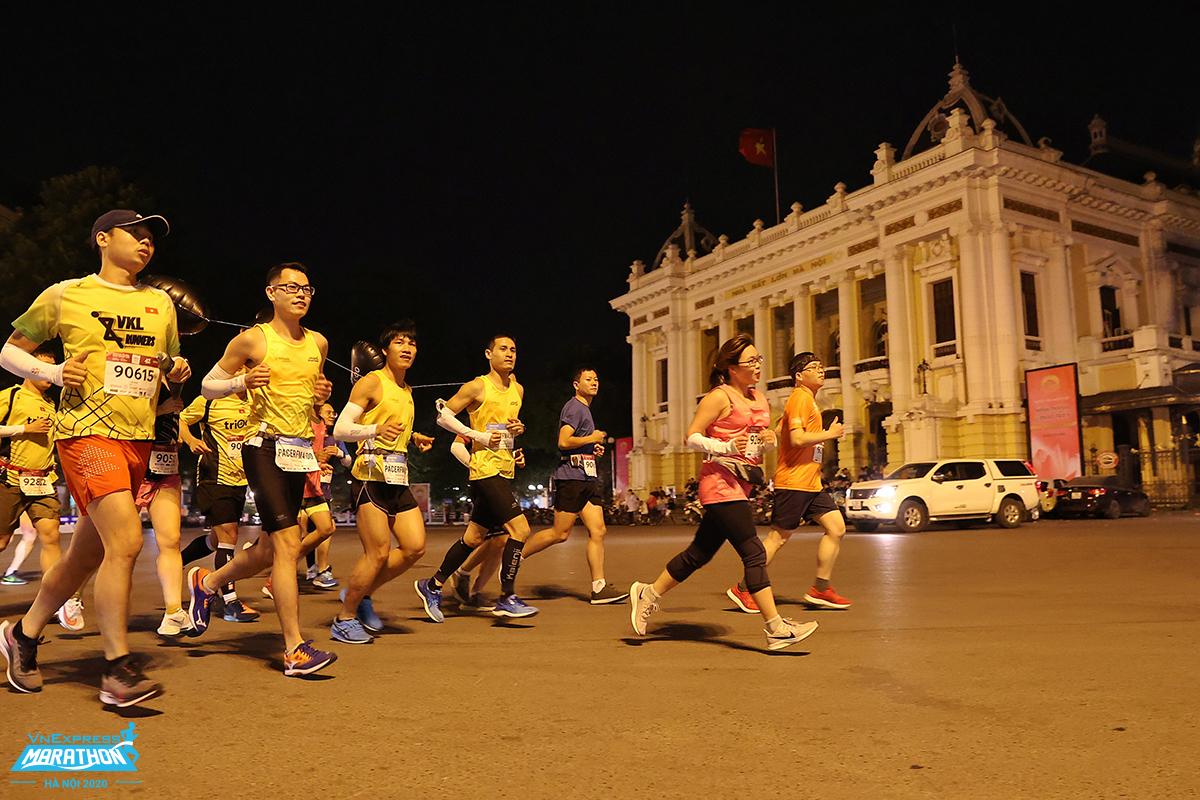 Group of athletes and pacer Hanoi night marathon.  Photo VnExpress Marathon.