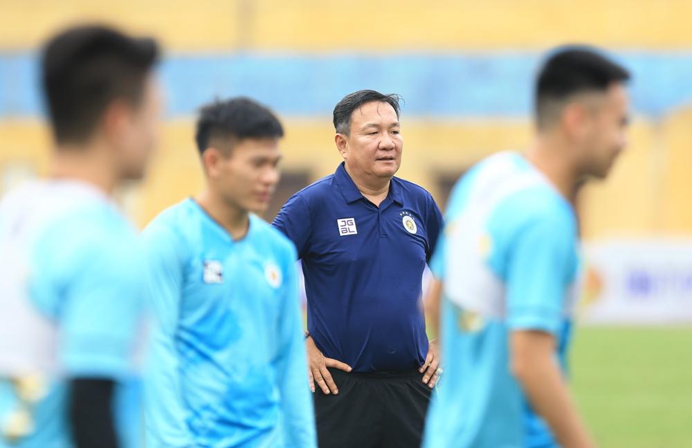 Pelatih Hoang Van Phuc dalam sesi latihan pertama dengan klub Hanoi pada sore hari tanggal 4 April.