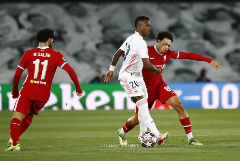 Vinicius khiến hậu vệ phải Liverpool Trent Alexandre Arnold tắt điện toàn tập trên sân Di Stefano. Ảnh: Reuters