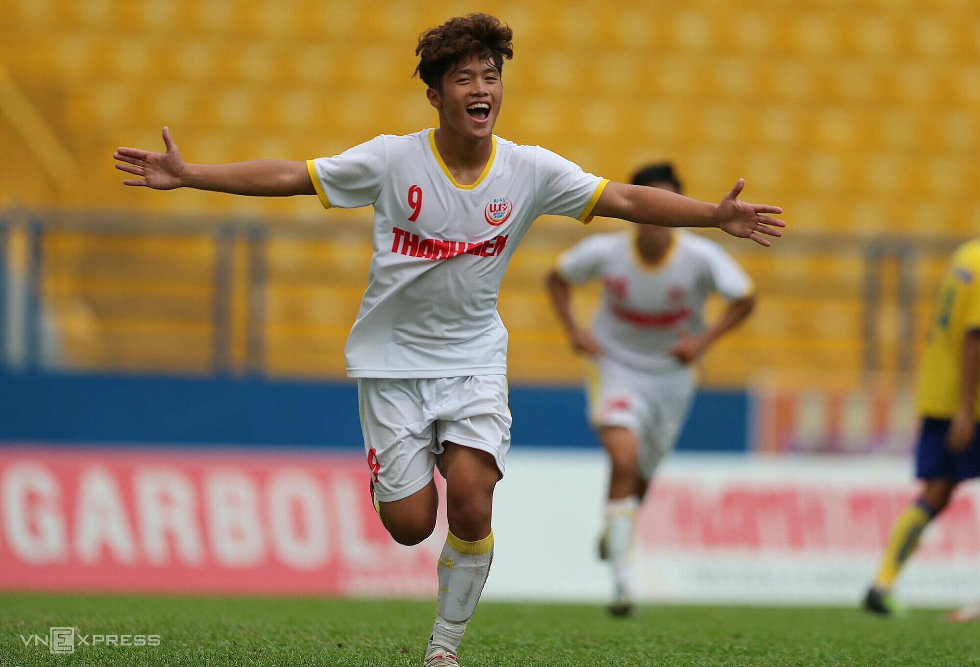 Bằng lối chơi đẹp mắt và hiệu quả, học viện Nutifood vào tứ kết giải U19 quốc gia 2021 với ba trận toàn thắng. Ảnh: Đức Đồng.