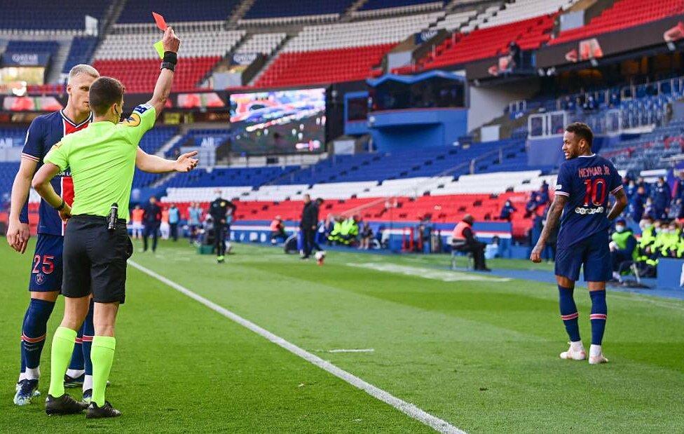 Neymar lĩnh thẻ đỏ trong trận PSG thua Lille 0-1 ở Ligue 1 hôm 3/4. Ảnh: Panoramic
