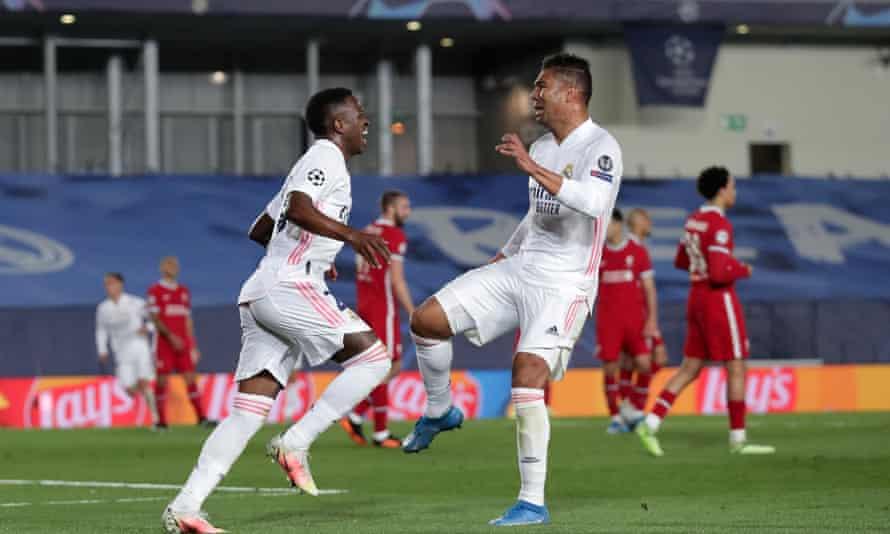 Vinicius (ซ้าย) แสดงความยินดีกับ Casemiro  ภาพ: Reuters