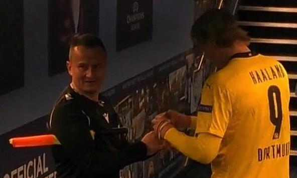 Wasit Rumania Octavian Sovre meminta tanda tangan Haaland usai pertandingan.  Gambar: