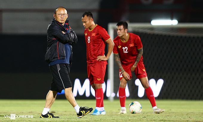 Đội tuyển Việt Nam ngày càng tiến gần tới Trung Quốc, nhưng trước mắt thầy trò Park Hang-seo là ba trận cuối vòng loại thứ hai World Cup 2022 khu vực châu Á vào tháng 6/2021. Ảnh: Lâm Thỏa