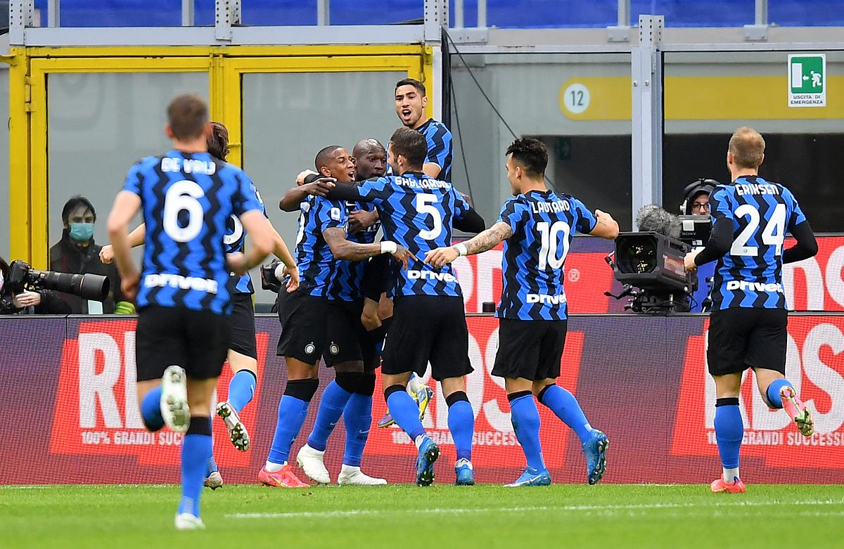 Lukaku chia vui bàn mở tỷ số với các đồng đội trong trận đấu Sassuolo. Ảnh: Reuters.