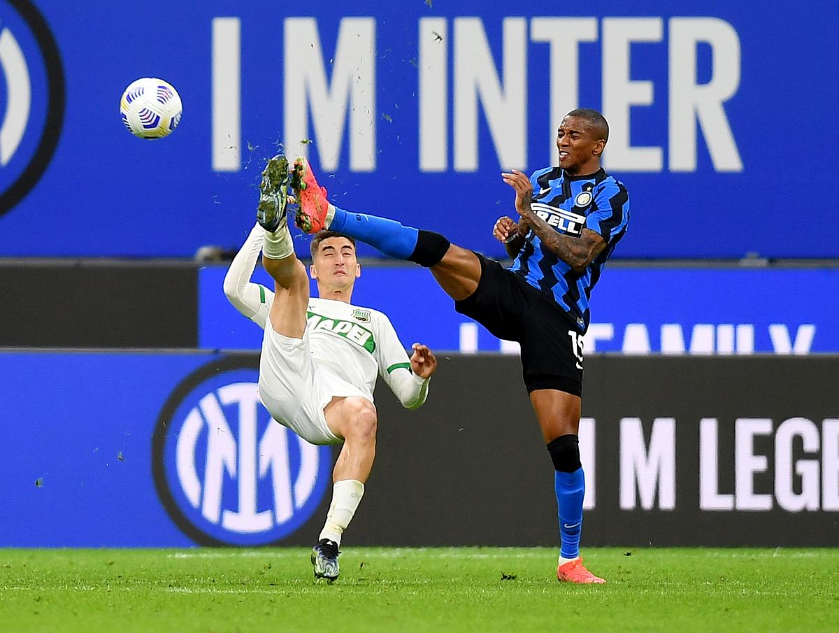Inter (xanh đen) đã bắt đầu có thể nghĩ đến danh hiệu đầu tiên ở Serie sau 11 năm. Ảnh: Reuters.