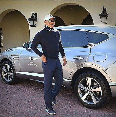 Woods bên chiếc xe khi chưa gặp tai nạn. Ảnh: Instagram.