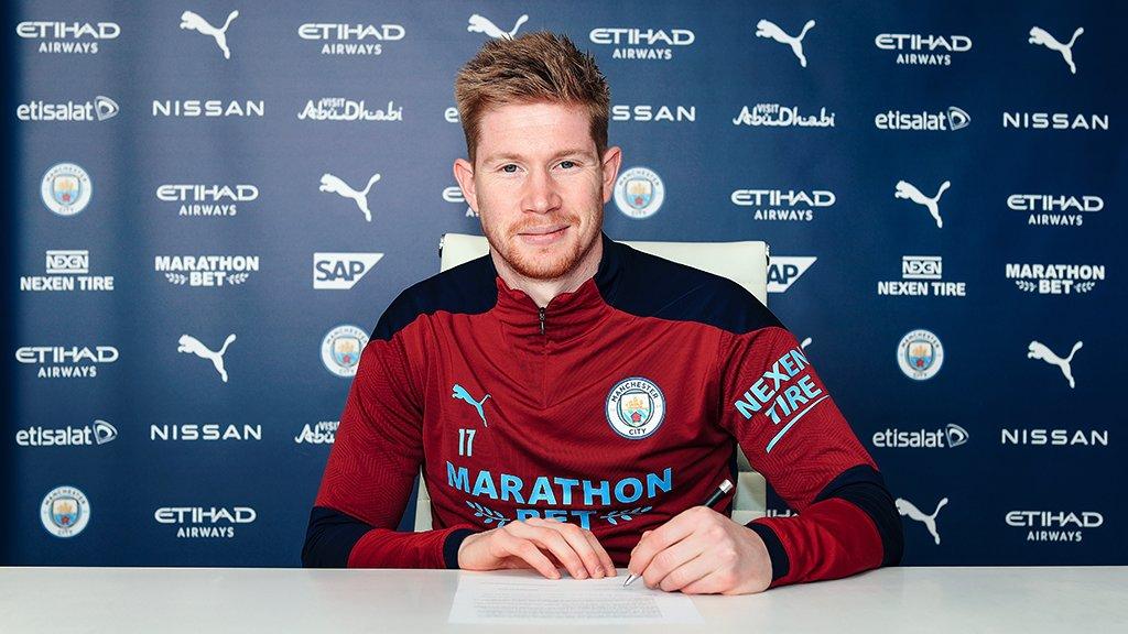 De Bruyne menandatangani kontrak baru dengan Man City pada 7 April.  Foto: Twitter / Manchester City FC
