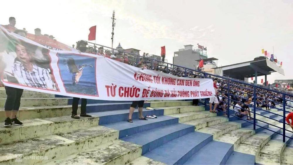 Penggemar Hai Phong meminta presiden klub Tran Manh Hung untuk mengundurkan diri di stadion Thanh Hoa pada 8 April.  Foto: CTV