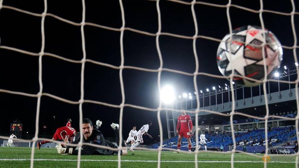 Alisson trở nên dễ tổn thương hơn hết khi các trung vệ của Liverpool vừa non kinh nghiệm, vừa chưa thích nghi được với lối chơi gengenpressing mà HLV Klopp áp dụng. Ảnh: Reuters