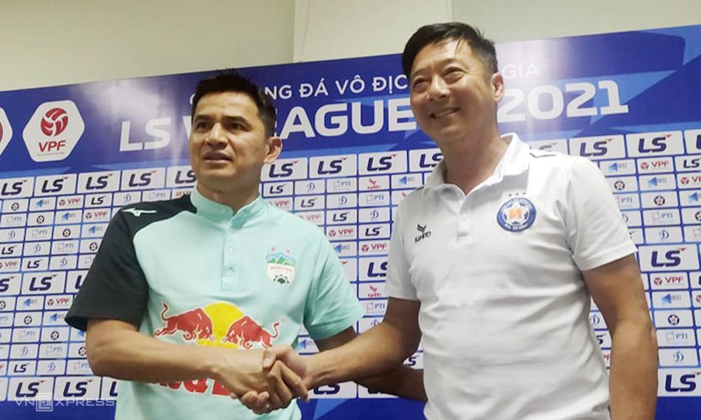 Kiatisuk và Huỳnh Đức bắt tay tại sân Hòa Xuân, Đà Nẵng chiều 7/4 - một ngày trước trận Đà Nẵng - HAGL . Ảnh: Trường Giang