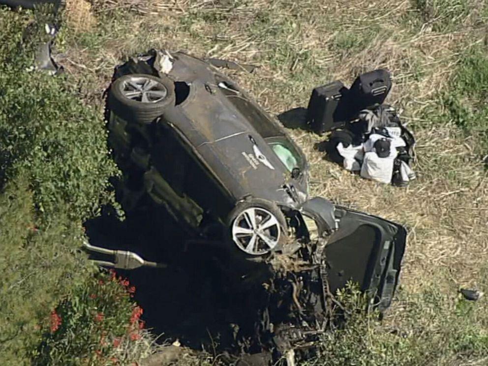 Mobil Woods rusak parah, tergeletak miring di lokasi kecelakaan dekat Los Angeles pada 23 Februari.  Foto: AP