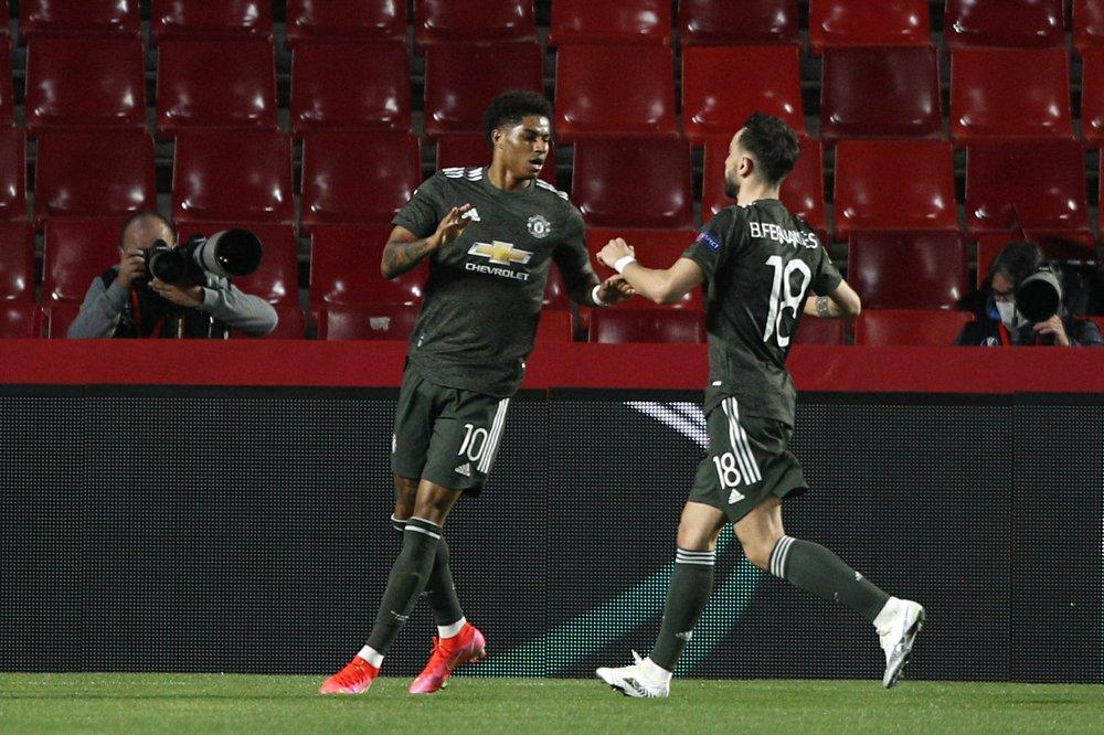 Rashford (trái) mừng bàn mở tỷ số với Fernandes. Ảnh: AP.