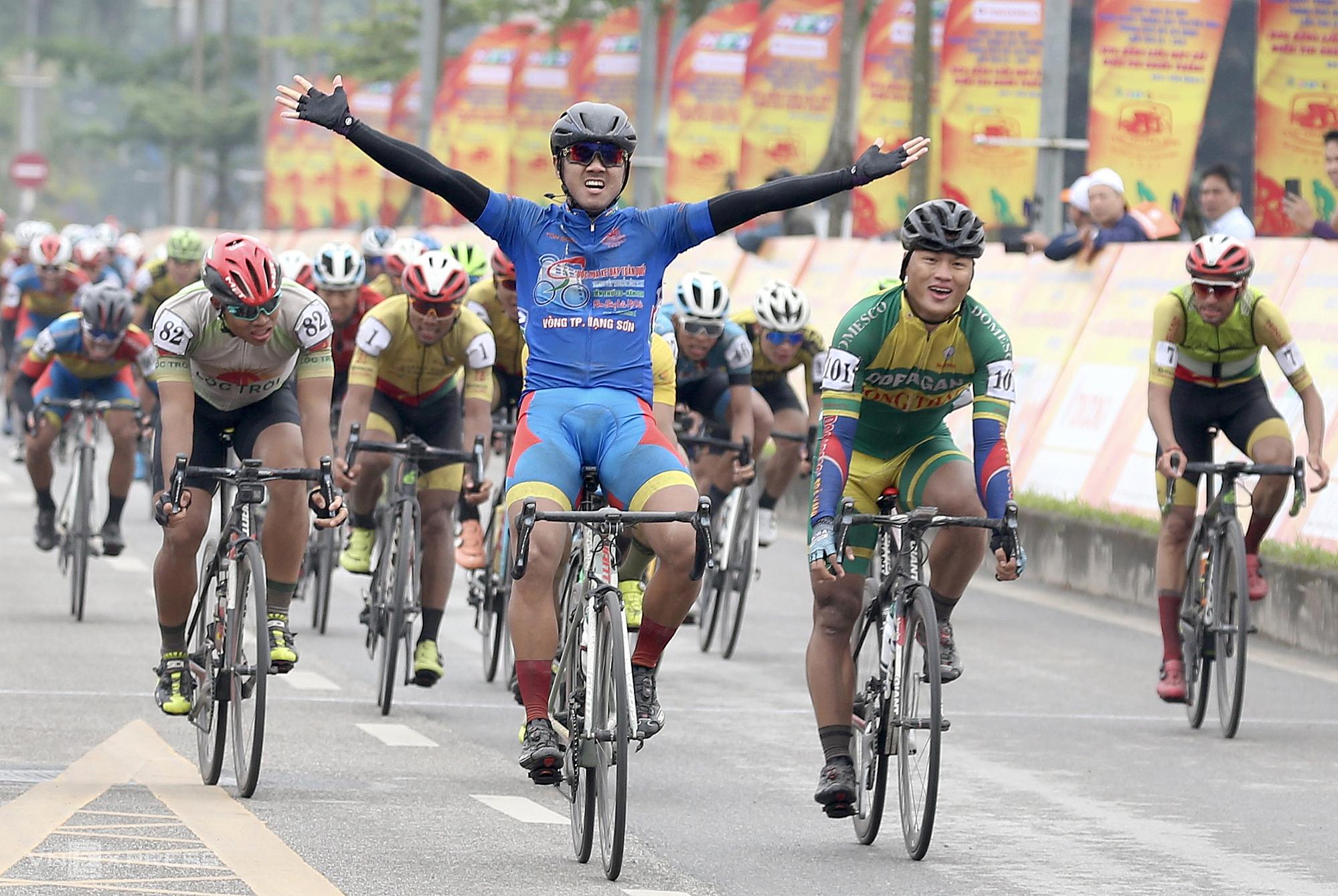 Giành chiến thắng ở chặng đua về Thủ đô Hà Nội, Nguyễn Tấn Hoài tạm chiếm hai danh hiệu cao quý của giải. Ảnh: TĐÁ.