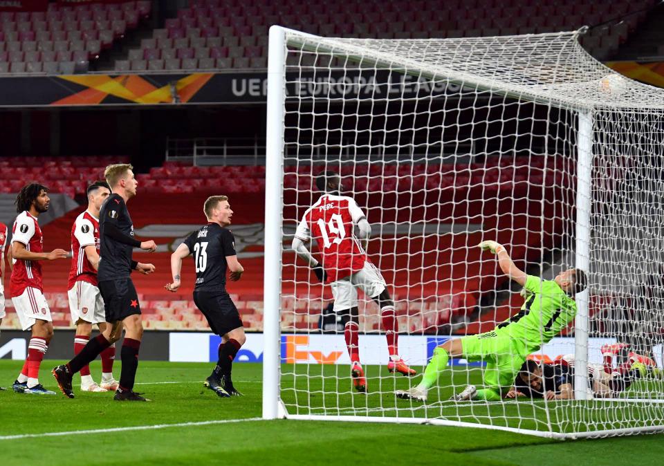 Arsenal membiarkan Lubang (kaos hitam, kanan) kebobolan dalam menit 90 + 3 di Emirates Stadium, London Inggris pada 8 April.  Foto: Reuters
