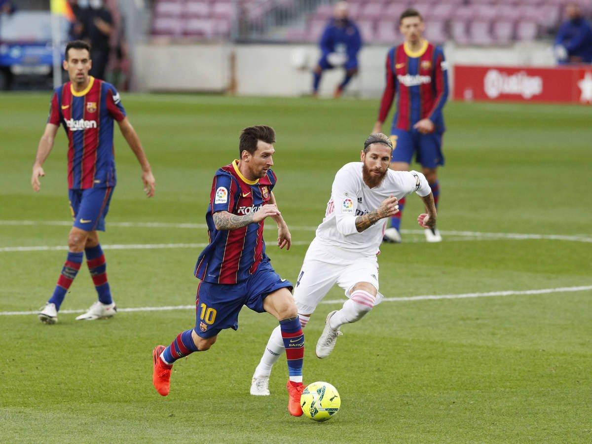 Messi mengatasi Ramos pada laga El Clasico leg pertama La Liga musim ini.  Namun pada laga di Camp Nou pada 24 Oktober 2020 itu, Barca kalah 1-3 dari Real.  Foto: EFE