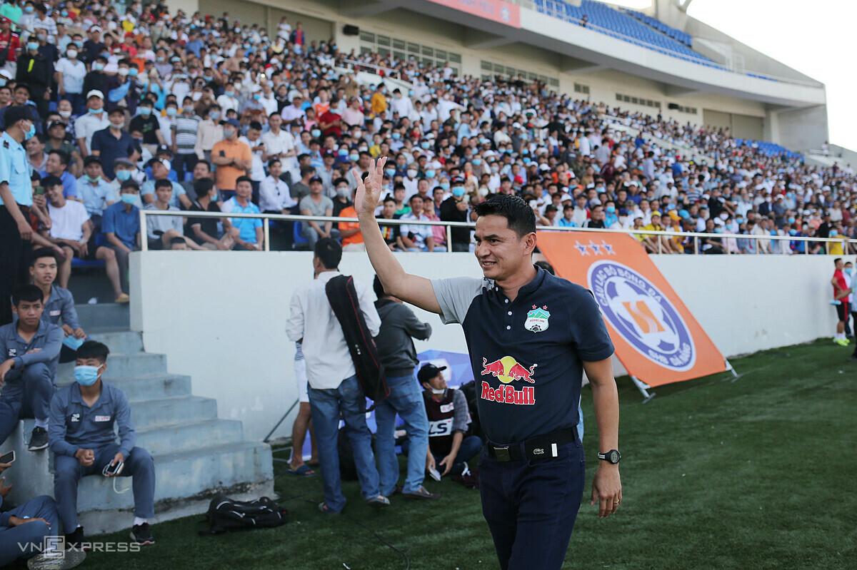 เกียรติศักดิ์โบกมือให้ผู้ชมที่สนาม Hoa Xuan  ภาพ: Duc Dong