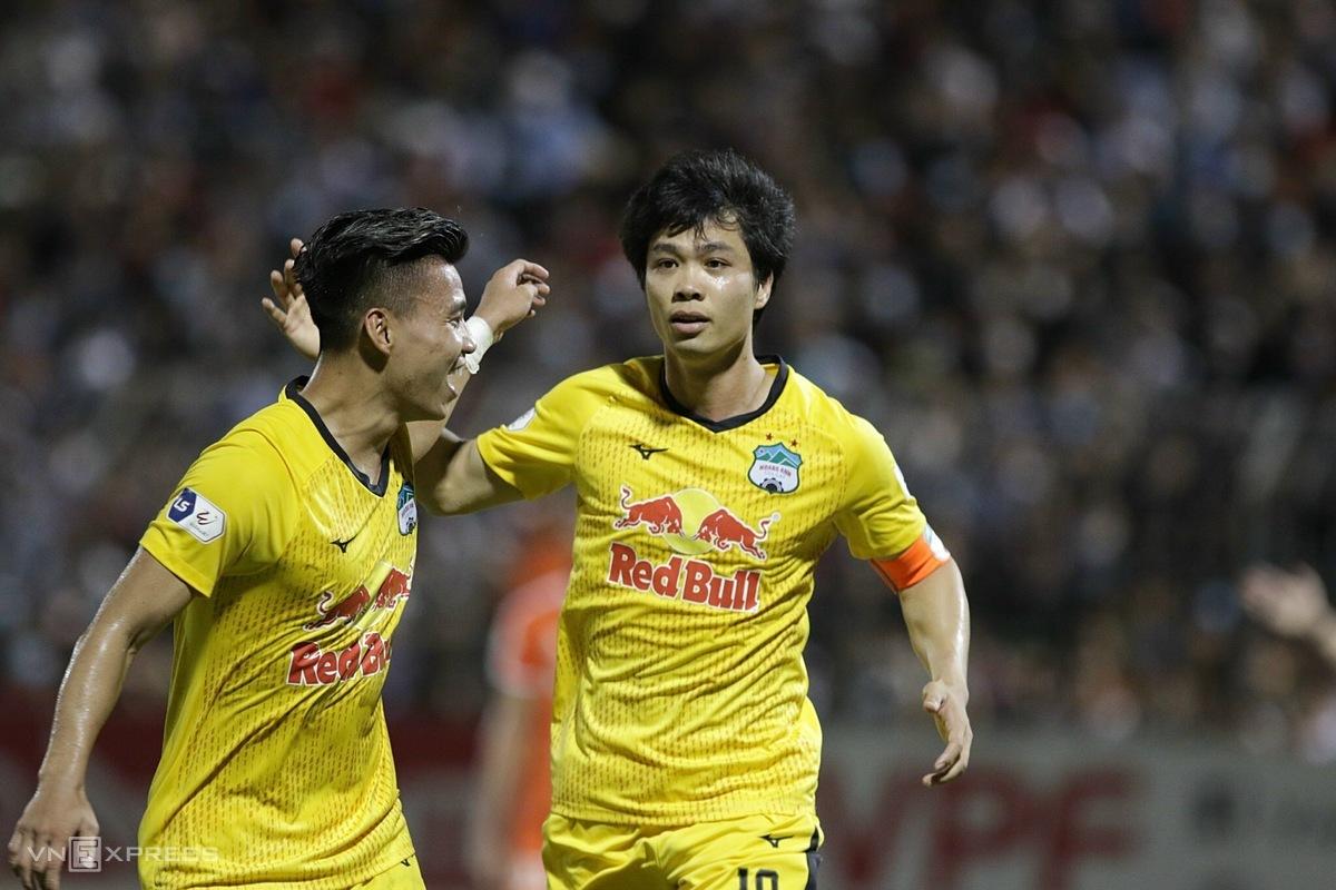 Cong Phuong (ขวา) แบ่งปันความสุขของเขากับ Van Thanh หลังยิงจากจุดโทษทำให้ HAGL ชนะ 2-0 ในสนามของดานังในรอบ 8 ของ V-League 2021 ภาพ: Duc Dong