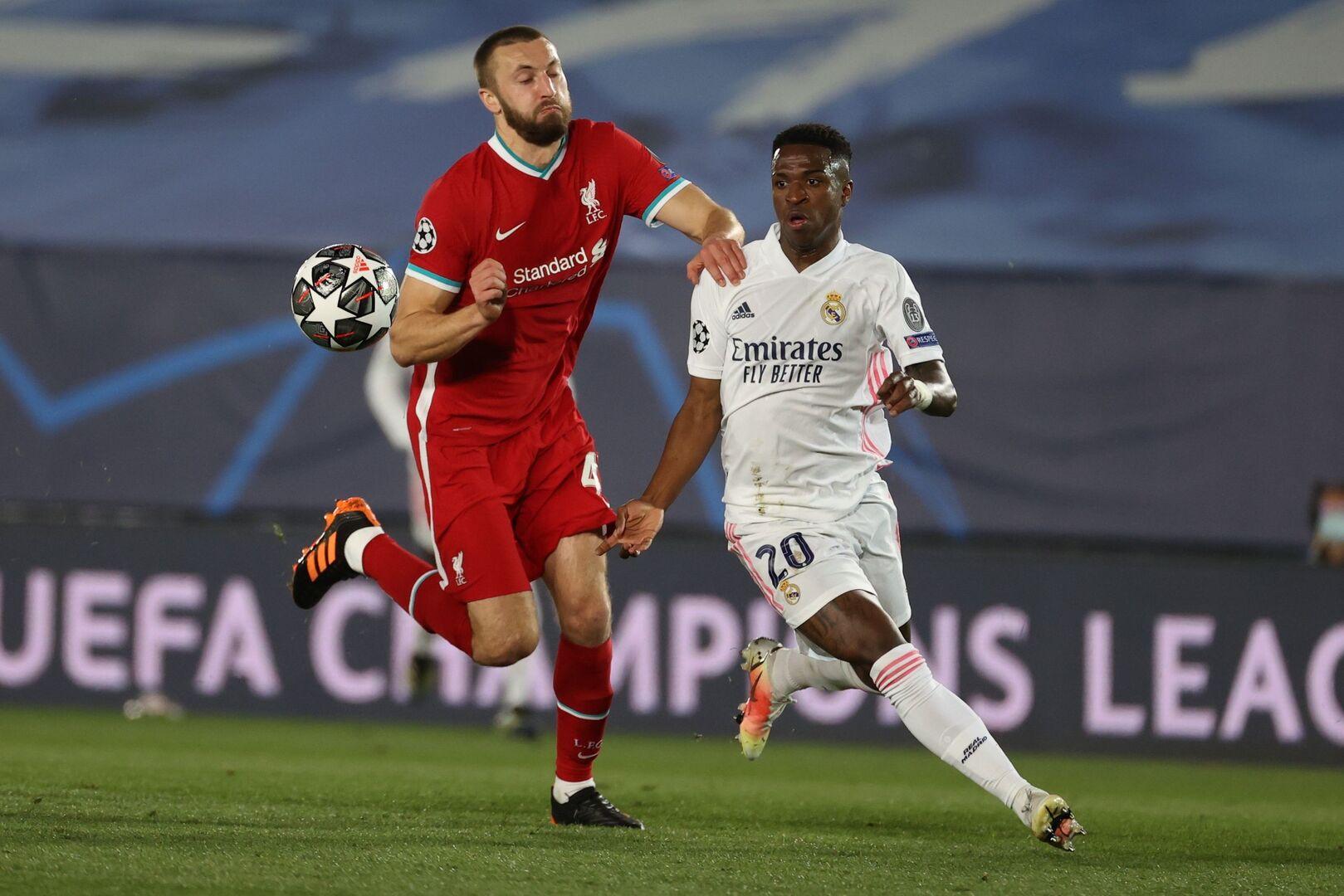 Vinicius trong khoảnh khắc vượt qua Nat Phillips để ghi bàn mở tỷ số trận thắng Liverpool 3-1 hôm 7/4. Ảnh: EFE