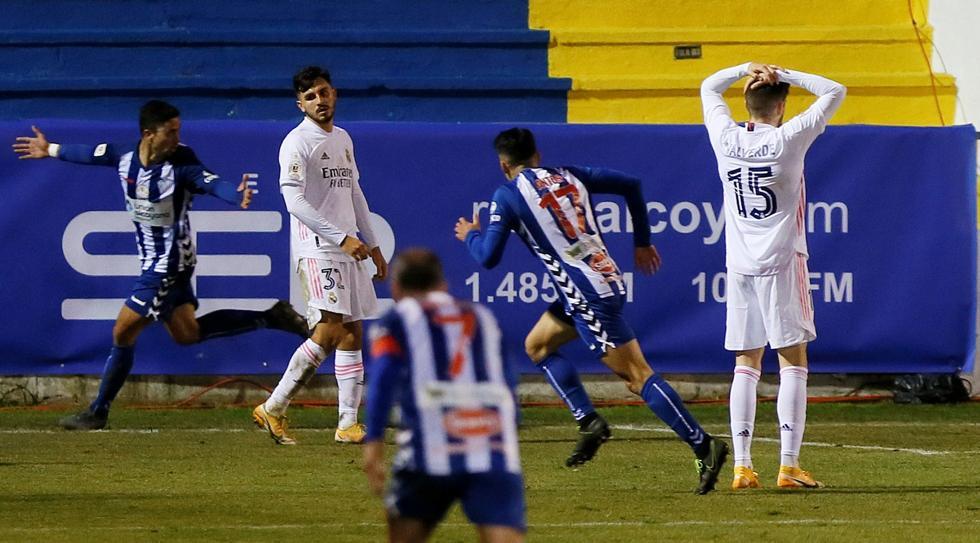 Mới đầu tháng Hai, Real còn rối bời giữa khủng hoảng, cả về niềm tin, lực lượng lẫn phong độ. Trong ảnh là cảm giác ê chề của hai cầu thủ Real khi họ thua đội hạng Ba Alcoyano ở Cup Nhà Vua. Ảnh: EFE.