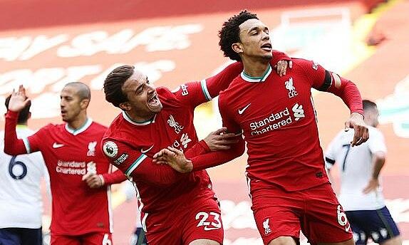 Alexander-Arnold (phải) mừng bàn quan trọng giúp Liverpool dứt chuỗi chín trận không thắng ở Anfield. Ảnh: EPA
