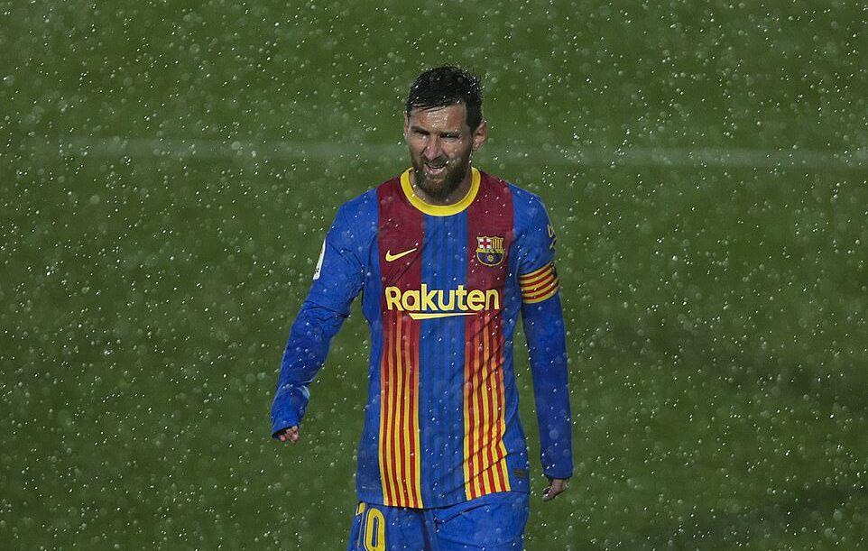 Messi chơi năng nổ nhưng không ghi bàn dưới cơn mưa nặng hạt ở sân Alfredo Di Stefano, tối 10/4. Ảnh: Goal.