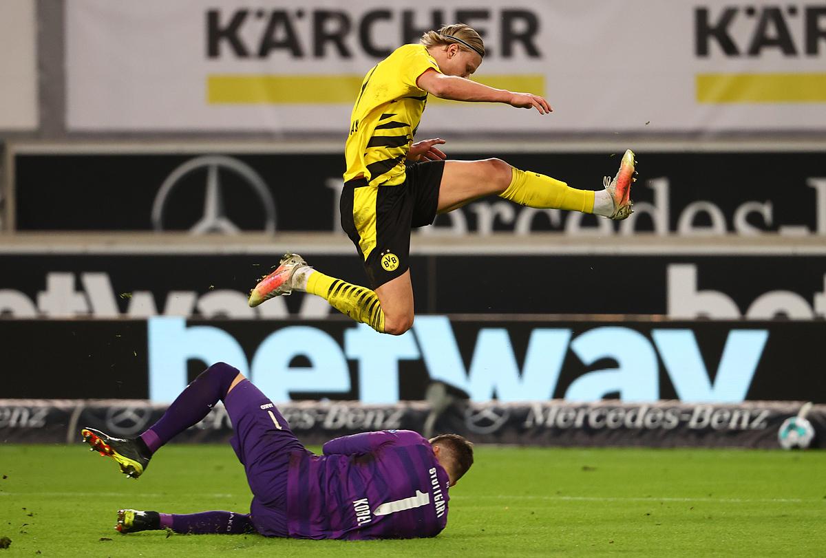 Haaland nỗ lực đi bóng qua thủ thành của Stuggart, nhưng vẫn không thể kiếm cho mình bàn thắng trận này. Ảnh: Reuters.