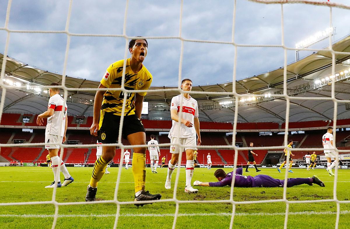 Berllingham ăn mừng, sau khi Marcus Reues ghi bàn thứ hai cho Dortmund. Ảnh: Reuters.