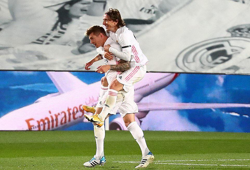 Luka Modric dengan senang hati berbagi setelah Kroos menggandakan jarak untuk Real.  Foto: Reuters.