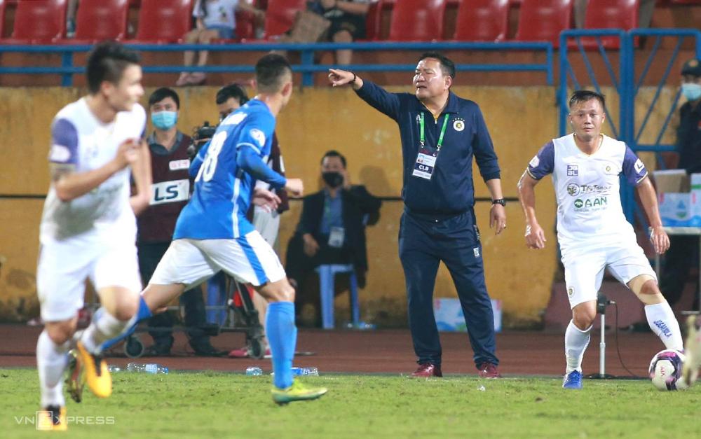 HLV Hoàng Văn Phúc chỉ đạo cầu thủ trong trận thắng Quảng Ninh 4-0 ngày 11/4. Ảnh: Lâm Thoả